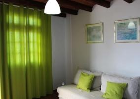 Dormitorio familiar con detalles blancos y verdes