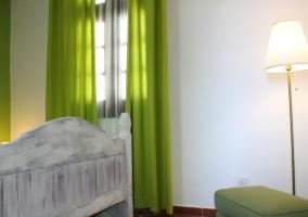 Dormitorio familiar y cortinas verdes