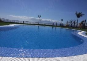 Vistas de la piscina abierta a las vistas del entorno
