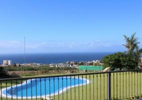 Vistas de las zonas verdes en los exteriores con la piscina