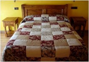 Habitación doble con cama de matrimonio y cabecero de madera