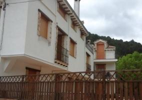 Acceso a la casa en el casco urbano con terraza
