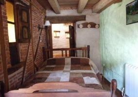 Cocina de la casa con mesa de madera y taburetes