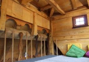 Dormitorio con cama y estructura en madera