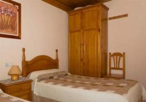 Dormitorio doble con cabecero de madera y su armario