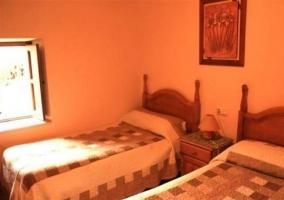 Dormitorio doble con cuadro y detalles de flores
