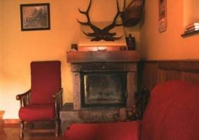 Sala de estar con sillones y detalles en madera