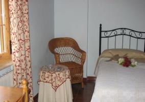Dormitorio con vistas exteriores