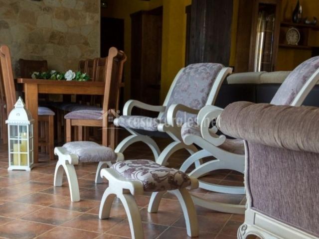 sala de estar y comedor con butacas tapizadas