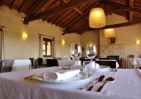 Restaurante con paredes de piedra