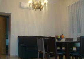 Sala de estar con mesa en el centro de madera oscura