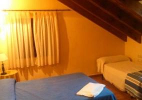 Sala de estar con la chimenea y la mesa de madera