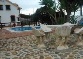 Vistas de la zona de piscina con terraza