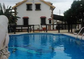 Vistas de los exteriores con la piscina