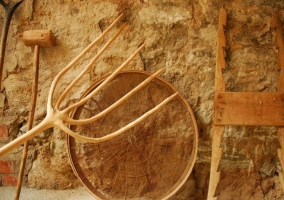 Acceso al alojamiento con puertas de madera y macetas