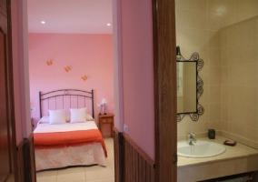 Dormitorio de la casa rural con cuarto de baño en el interior