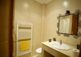 Cuarto de baño con toallero calefactable en la casa rural
