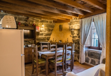 Sala de estar con la chimenea en la esquina