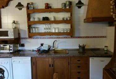 Cocina completa con alacena y armarios de madera