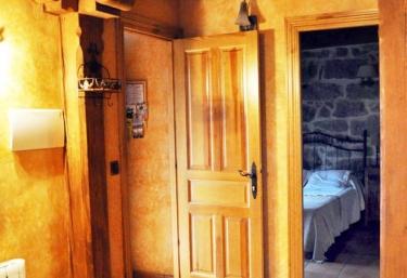 Pasillo distribuidor de la casa con detalle en madera
