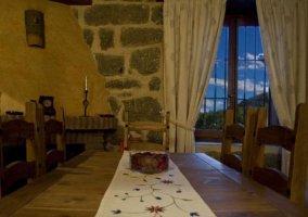 Comedor con centro floral y mesa de madera amplia