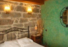 Dormitorio de matrimonio con paredes verdes y detalles naturales