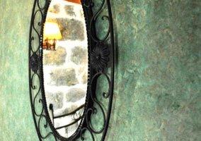 Dormitorio de matrimonio y detalle del espejo