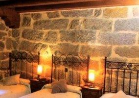 Dormitorio triple con cabeceros de forja