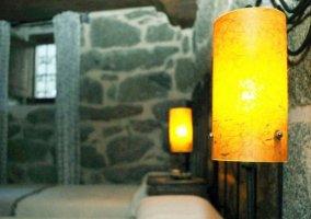 Dormitorio triple y mesillas con luces