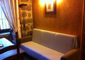 Sala de estar y el sofá que se hace cama