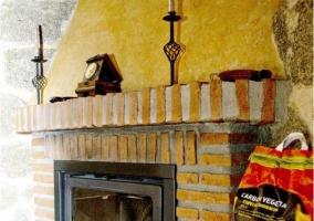Sala de estar y la chimenea enmarcada