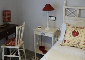 Dormitorio de matrimonio amplio en blanco y rojo