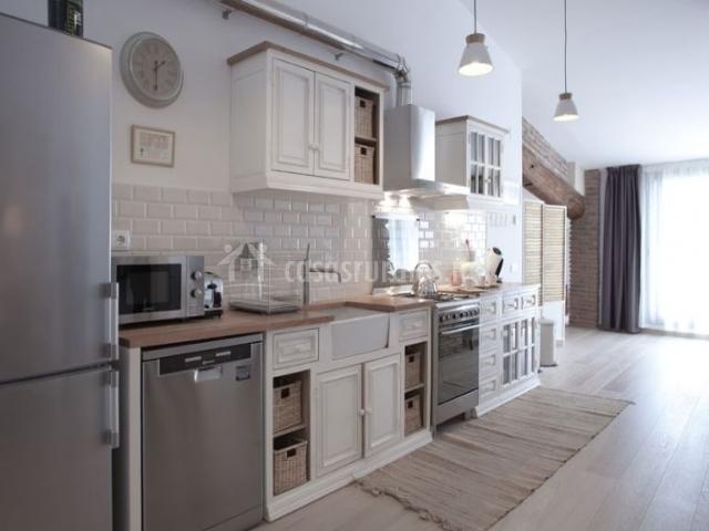 Cocina con todo el equipamiento y muebles blancos