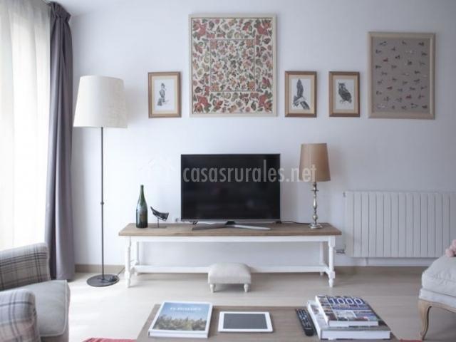 Sala de estar con televisor frente a los sillones