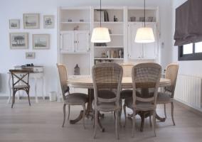 Comedor en tonos claros y mesa de madera