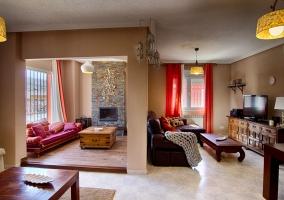 Sala de estar con chimenea amplia
