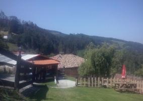 Vistas de las zonas verdes en el exterior con valla