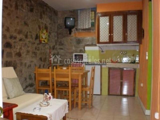 Cocina comedor con paredes en piedra