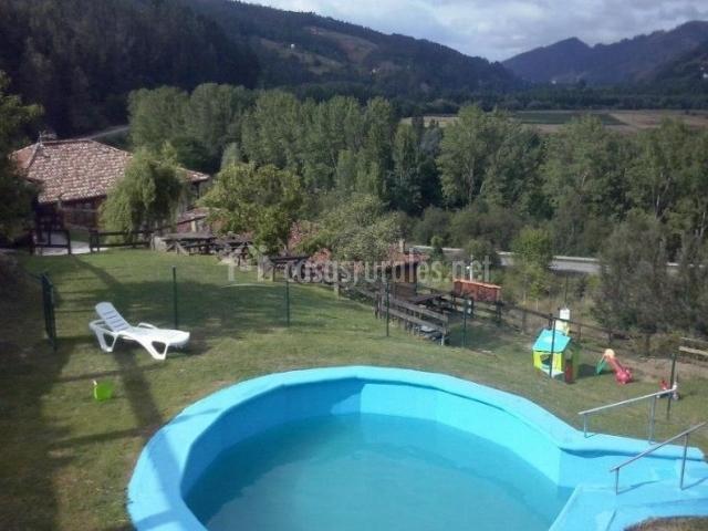 Acceso con piscina natural