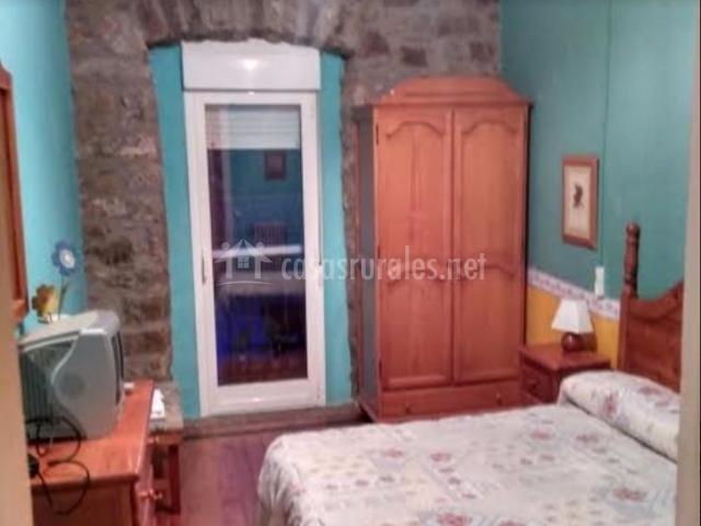 Dormitorio de matrimonio con televisor de plasma
