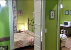 Pasillo con paredes verdes