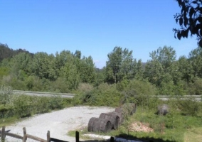 Vistas de las zonas exteriores con caminos de tierra