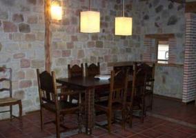 Sala de estar con chimenea y sillones con tapizados en blanco