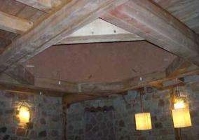 Sala de estar con comedor y mesa de madera oscura