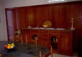 Sala de estar con sillones tapizados y mesa amplia de madera
