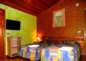 Dormitorio doble con televisión