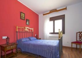 Dormitorio de matrimonio con frente en morado y aseo