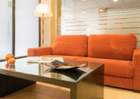 Sala de estar con sillones naranjas