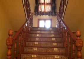 Acceso con rampa y escaleras