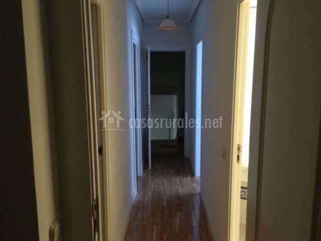 Pasillo de la casa con suelos de madera